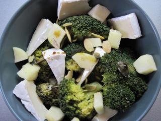 Brokolicovo - syrový šalát