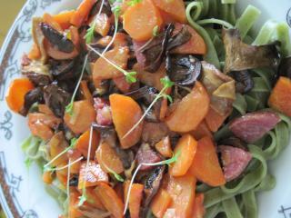 Špenátové tagliatelle so salámou a hubami