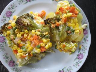 Zapečená zelenina na zemiakoch
