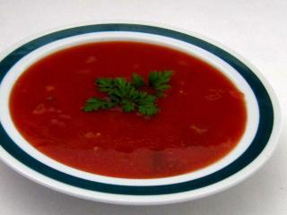 Paradajková polievka s mladou cibuľkou