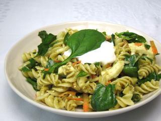 Špenátový šalát s cestovinou a mozzarellou