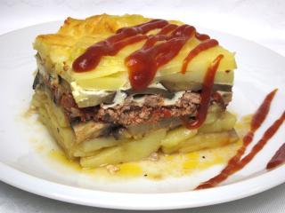 Zapekané zemiaky s mäsom a zeleninou