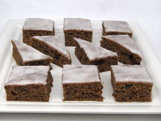 Slivkovo-čokoládový koláč s citrónovou polevou