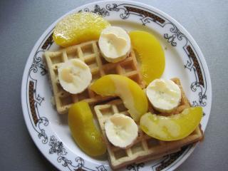 Vafle s ovocím a karamelovým likérom