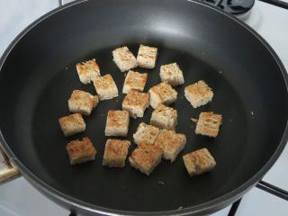 Príprava opekaného pečiva - chlebových krutónov