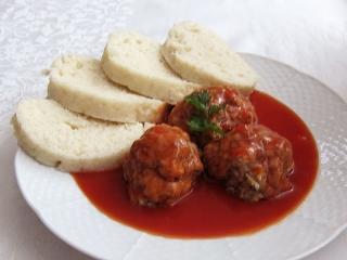 Mäsové guľky s knedľou a omáčkou