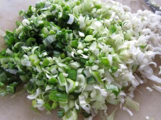 Príprava zeleninovo-mäsovej zmesi na šašlíky