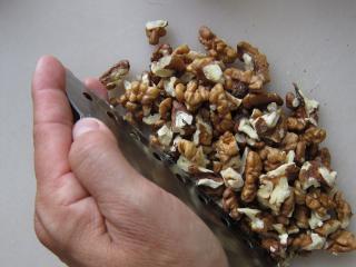 Príprava orechov na plnenie