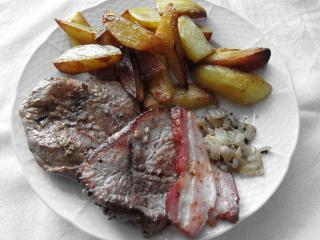Marinované bravčové steaky so slaninou