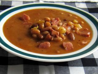 Hŕstková polievka fazuľová s údeným kolenom