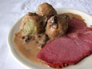 Omáčka, údené mäso, zemiakové knedlíky