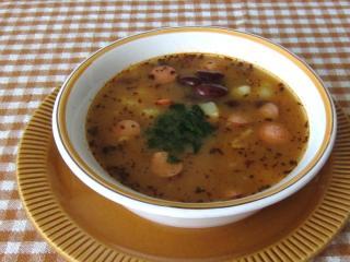 Fazuľová polievka s párkom