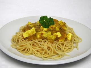 Kurkuma pikantné tofu so špagetami