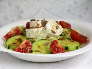 Zeleninový šalát s kozím syrom