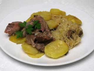 Pečené morčacie na kyslej kapuste so zemiakmi