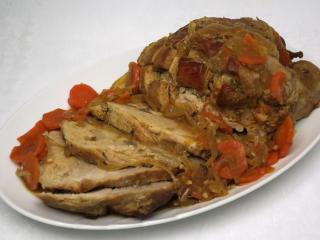 Pečené bravčové mäso na cibuli s mrkvou