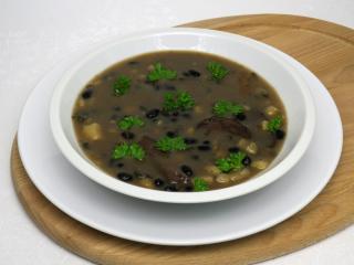 Hubová polievka s čiernou fazuľou