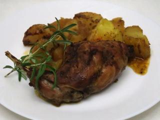 Pečený marinovaný králik so zemiakmi