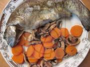 Pstruh na cibuľke s mrkvou a šampiňónami
