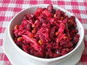 Cviklový šalát s ovocím a kukuricou